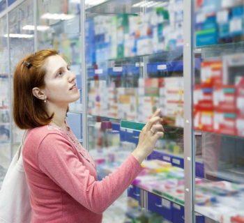 Покупательница в аптеке
