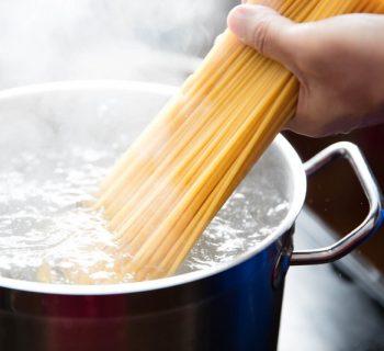 Спагетти в кипящей воде