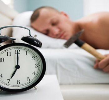 Будильник и спящий мужчина