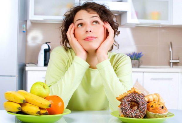 Девушка перед двумя тарелками