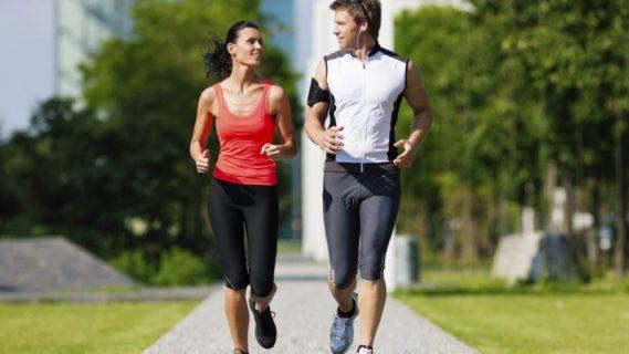 Девушка и парень бегают