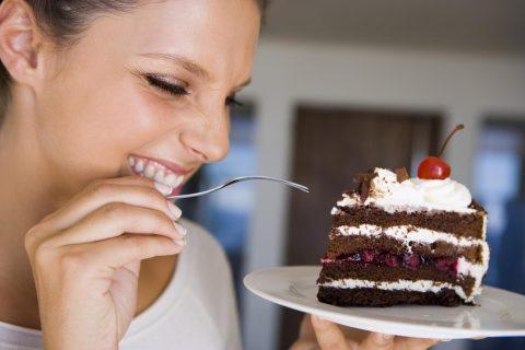 Девушка с куском торта