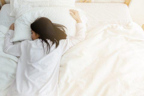 Девушка спит лицом в подушку