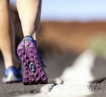 Ступни в кроссовках, вид сзади