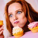 Девушка ест пирожные