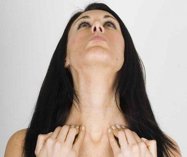 Женщина делает зарядку для шеи