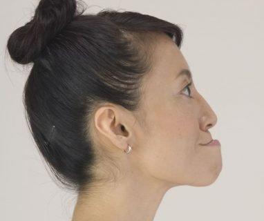 Женщина делает зарядку для лица