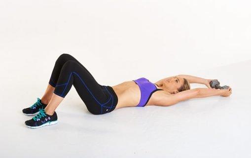 Упражнение с гантелями на полу