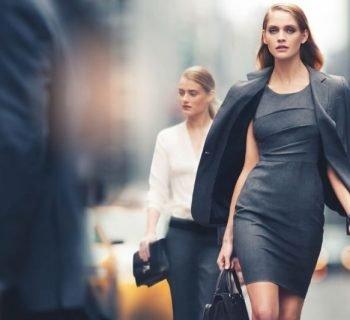 Две девушки идут по улице