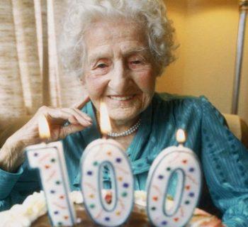 Пожилая женщина празднует 100-летие