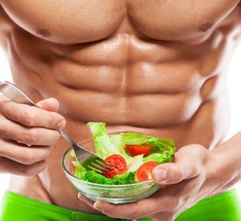 Салат из овощей в руках качка