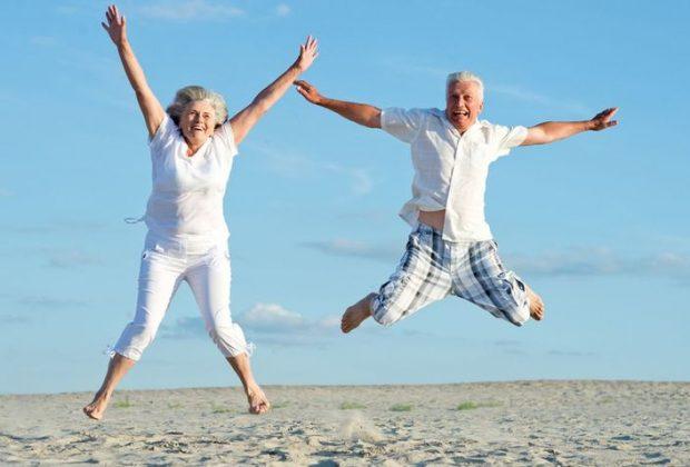 Пожилая пара на пляже