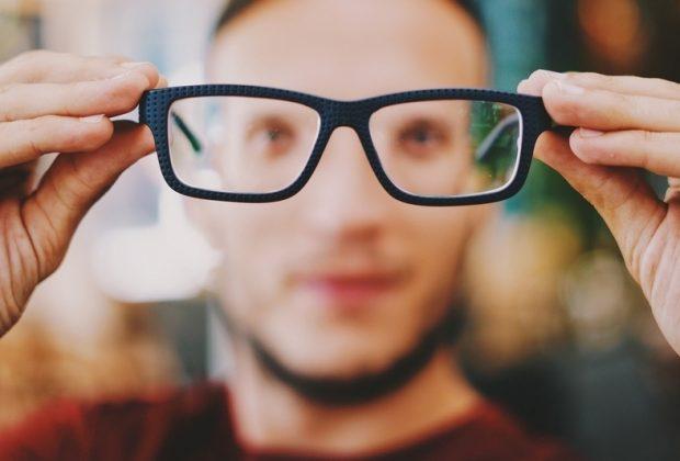 Очки в руках
