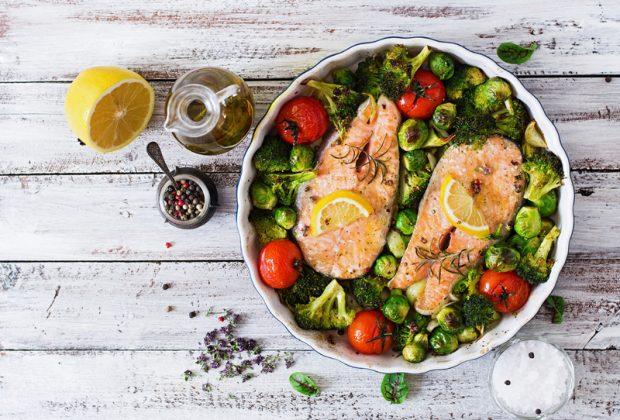 Рыба с овощами в тарелке