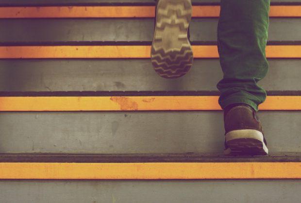 Ноги на лестнице