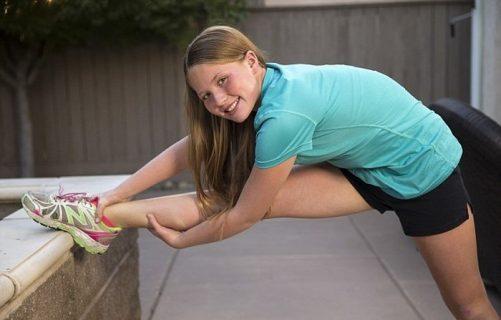 Девочка делает упражнение