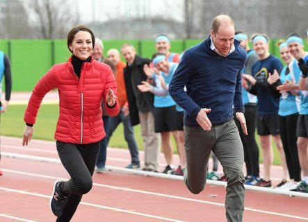Кейт Миддлтон бежит по стадиону с принцем