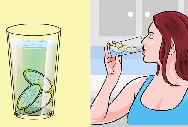 Девушка пьет воду с лимоном