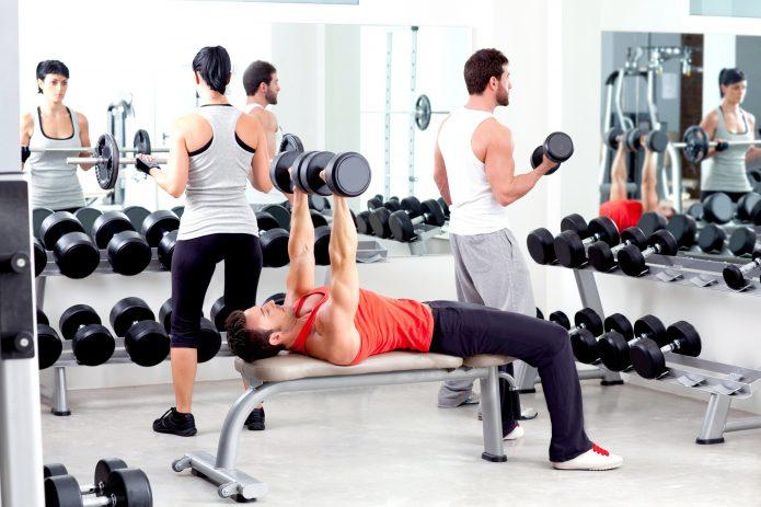 много людей в фитнес-зале