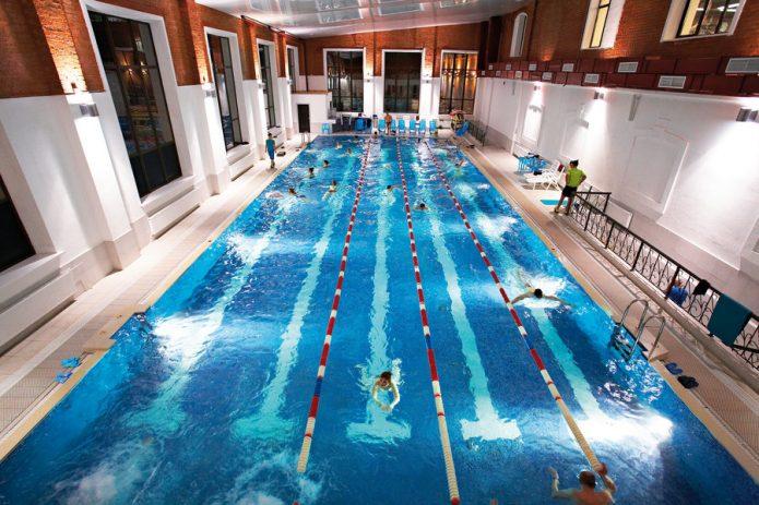 Бассейн в фитнес-клубе