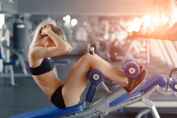 Девушка утром в фитнес-клубе