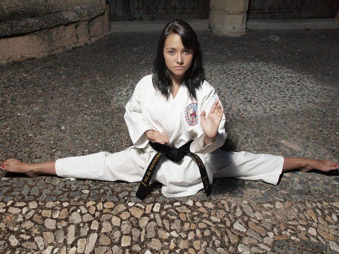 Девушка в кимоно на шпагате