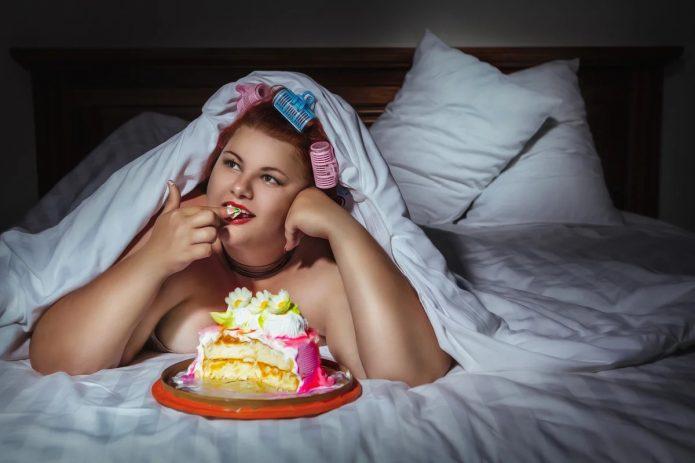 Есть торт на ночь в кровати