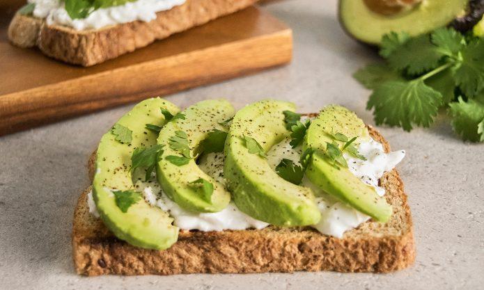 Бутерброд с авокадо и цельнозерновым хлебом