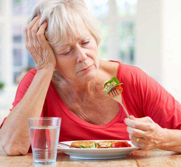 Пожилая женщина не хочет есть