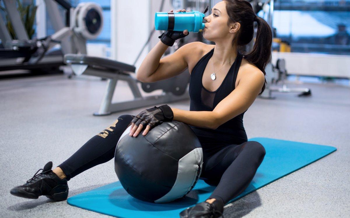 женщина активно тренируется