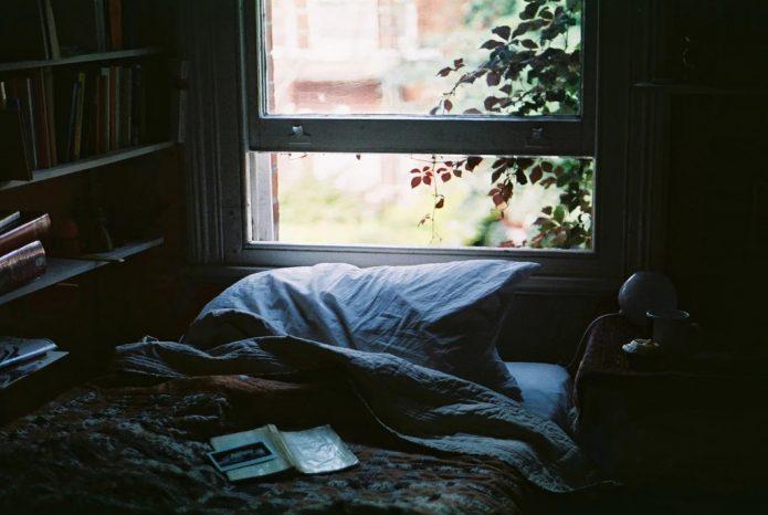 Спальня с открытым окном
