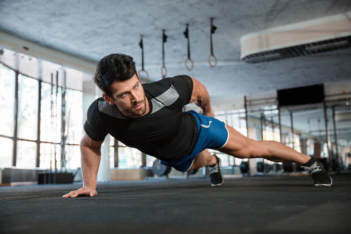 мужчина активно тренируется