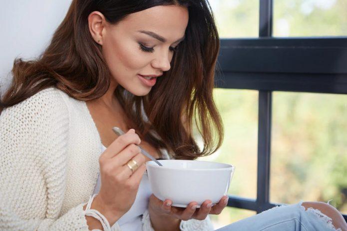 Девушка ест суп