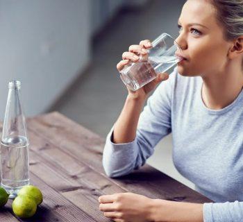 Пить воду сидя
