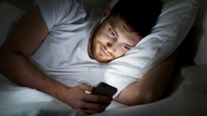 лежать в кровати со смартфоном