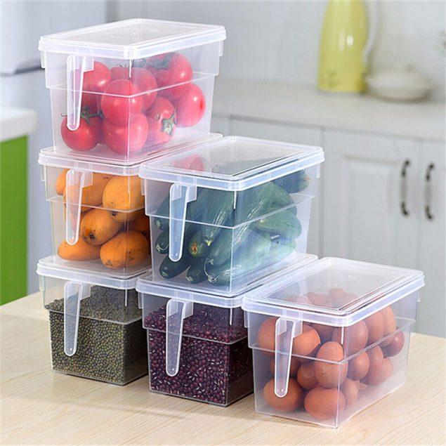 продукты в пластиковых контейнерах