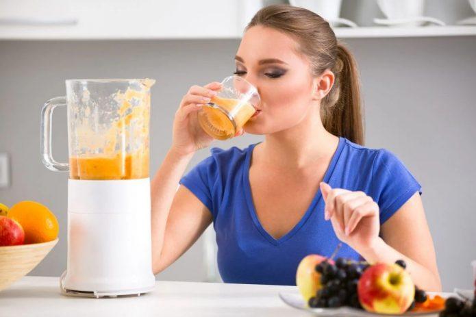 пить свежевыжатый сок