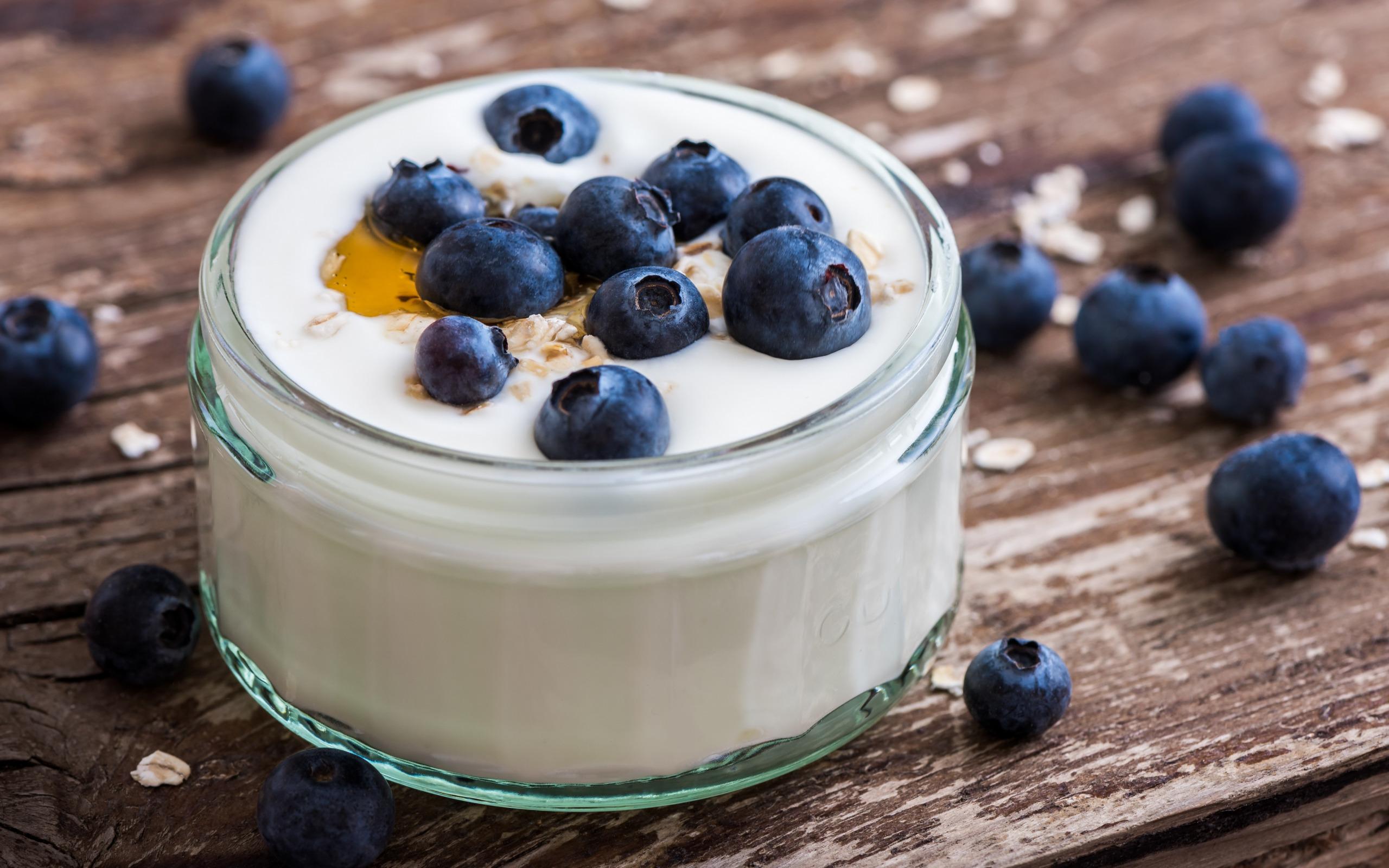 греческий йогуртс голубикой