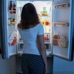 заглядывать в холодильник ночью