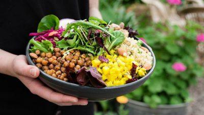 Бобовые в тарелке с зеленью и кукурузой
