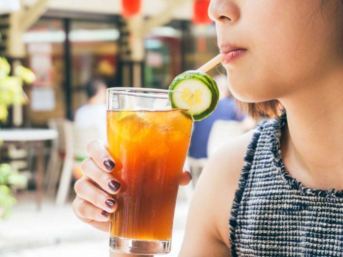 Пить коктейль
