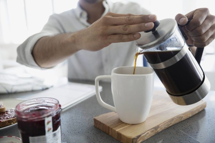 Наливать кофе из френч-пресса