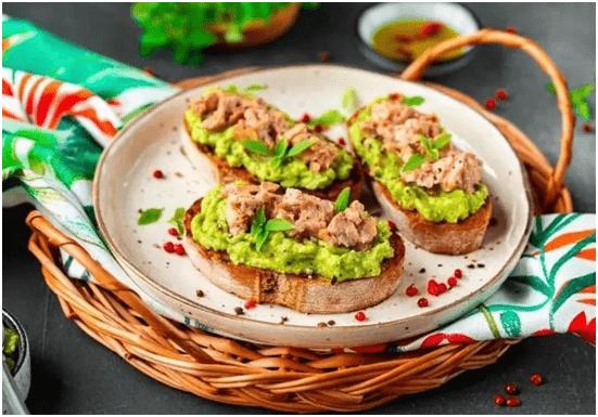 Тост с печенью трески и авокадо